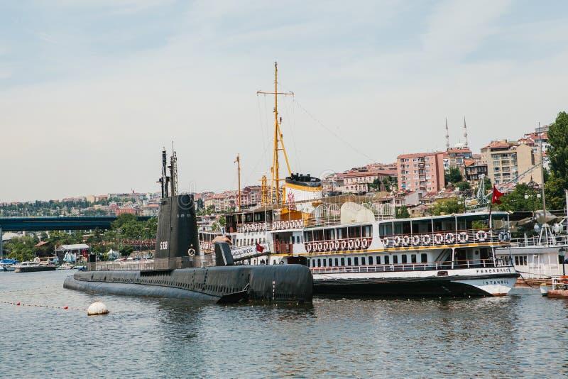 Istanbul, am 17. Juni 2017: Ein Unterseeboot und ein Schiff nahe dem Ufer nahe bei Wohngebäuden im europäischen Teil von lizenzfreie stockfotos