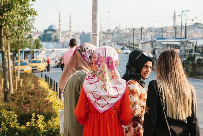 Istanbul, am 15. Juni 2017: Islamische Frauen in der traditionellen Kleidung verständigen sich mit einander und warten auf ein Ta stockbilder