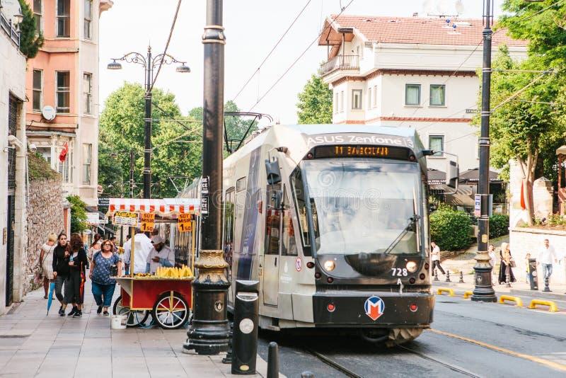 Istanbul, am 15. Juni 2017: Moderner türkischer overground Metrozug oder -tram stockfotografie