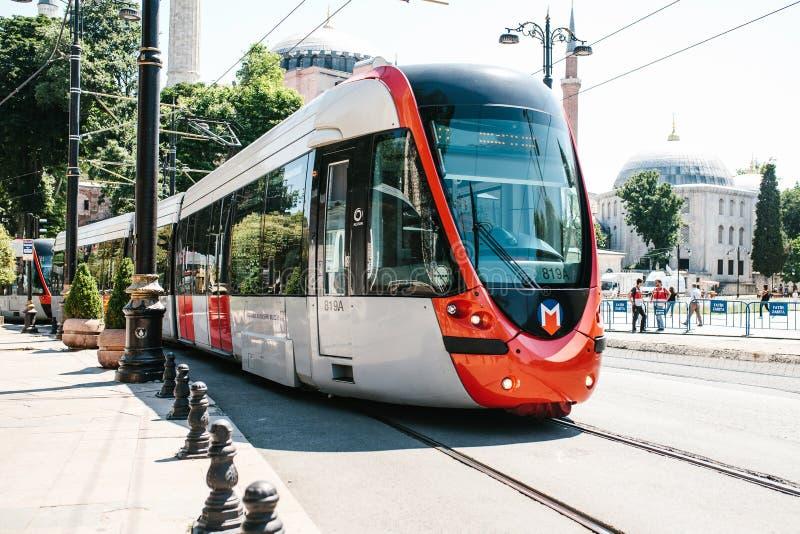 Istanbul, am 16. Juni 2017: Moderner türkischer overground Metrozug oder -tram lizenzfreies stockbild
