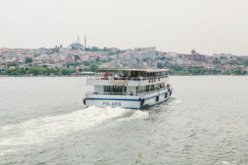 Istanbul, am 17. Juni 2017: Passagierfährensegel entlang dem Bosphorus Transport von Passagieren durch Wasser stockfoto