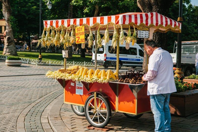 Istanbul, am 14. Juni 2017: Verkauf eines traditionellen türkischen Bagels nannte Simit Türkisches Straßenlebensmittel lizenzfreie stockfotografie