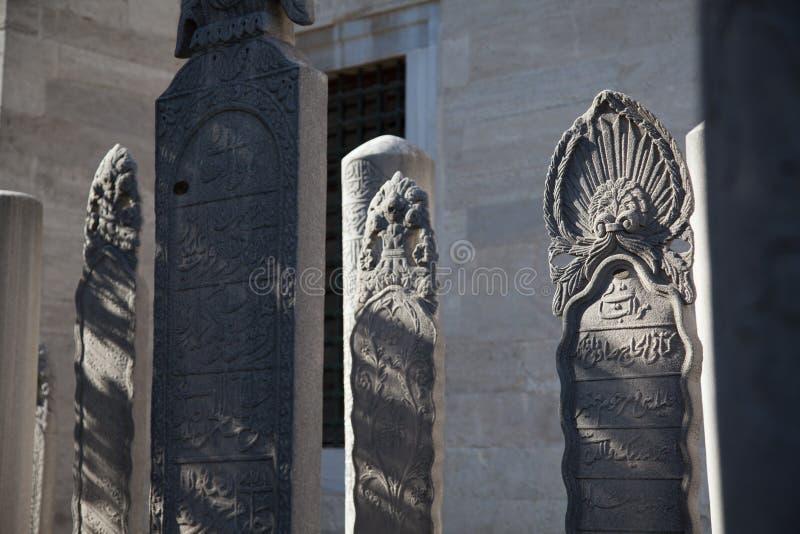 Istanbul kalkon november 2018 - slut upp av någon gravsten, gravstenstaty i kyrkogården av den Suleymaniye moskén arkivbilder
