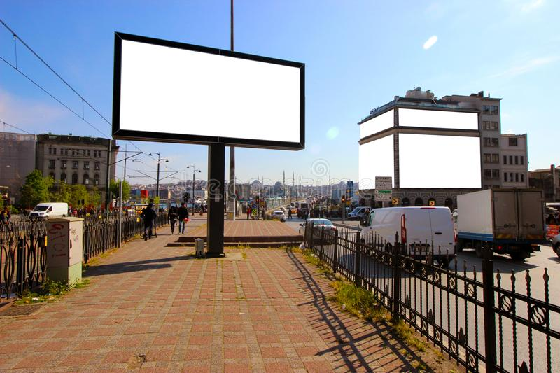 Istanbul - Karakoy/die T?rkei; 04 16 19: Leere Anschlagtafeln f?r die Werbung von Plakat-Sommerzeit stockfotos