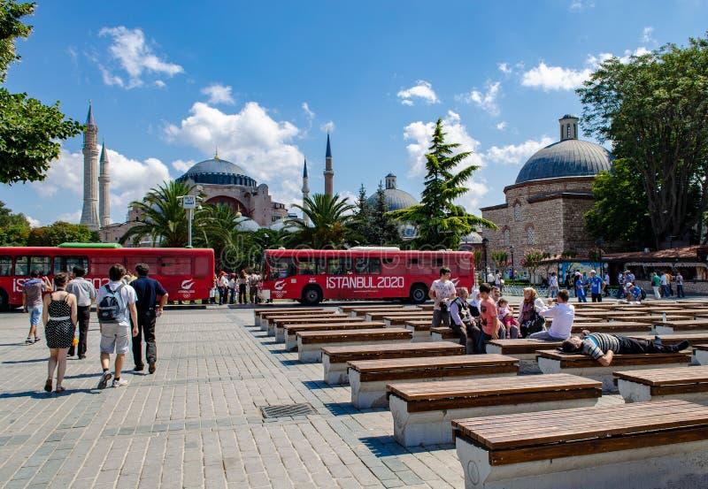 Istanbul La Turquie - 20 juillet 2013 : bancs en parc de Sultanahmet photographie stock libre de droits