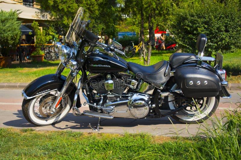 Istanbul ; La TURQUIE, le 8 août 2018 : Moto noire légère toute neuve avec la rue de Harley-Davidson Deluxe photo libre de droits