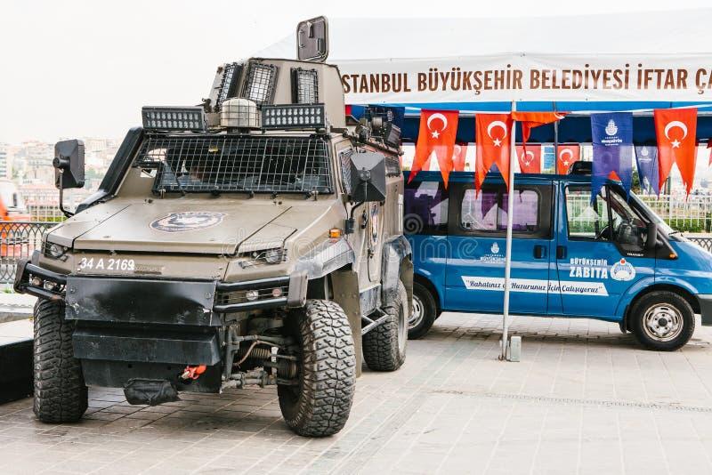 Istanbul, le 15 juillet 2017 : Une machine militaire et une voiture de police dans le secteur de Buykeshehir d'Istanbul Renforcem photographie stock