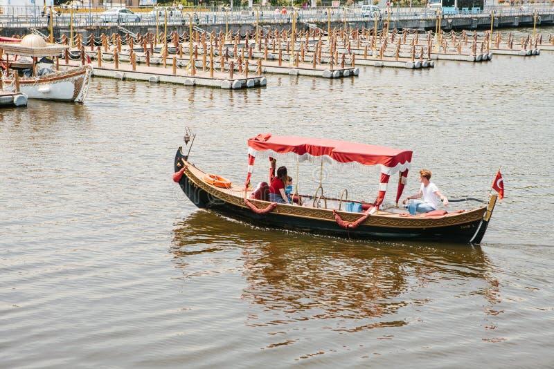 Istanbul, le 17 juin 2017 : Un bateau de touristes dans le style est ou asiatique pour le divertissement des touristes et des per images libres de droits