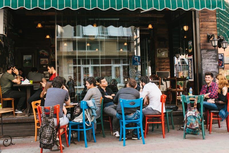 Istanbul, le 14 juin 2017 : Un café populaire de rue dans la partie asiatique d'Istanbul dans le secteur de Kadikoy La Turquie li images stock