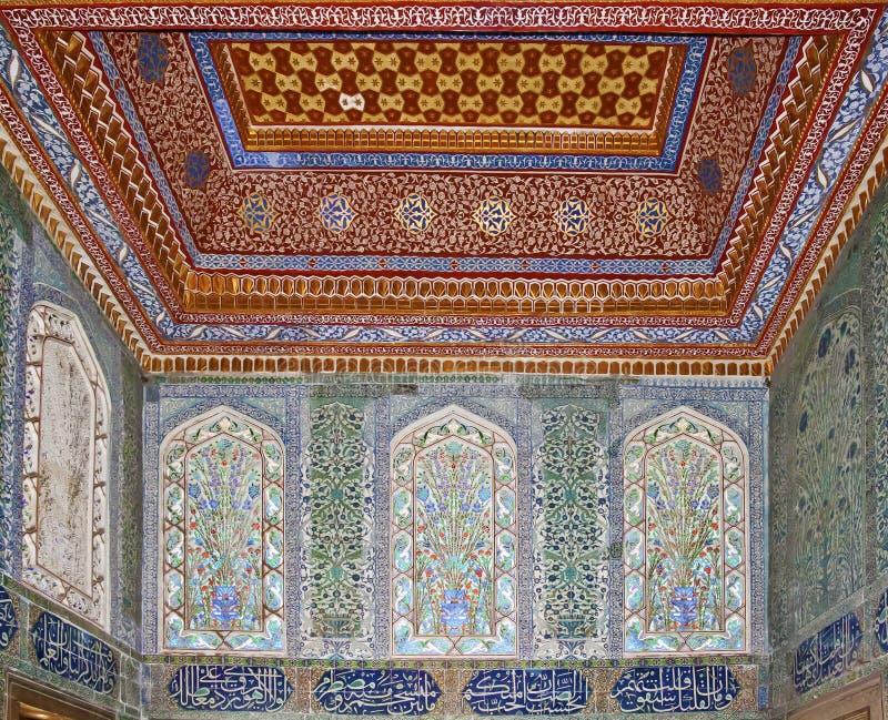ISTANBUL - NOVEMBER 5: Inre av haremmen i den Topkapi slotten Invigd kammare av den Mehmed droppen på November 5, 2014 i Istanbul fotografering för bildbyråer