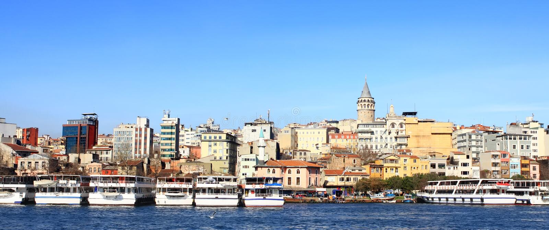 Istanbul in panoramischem lizenzfreie stockfotos