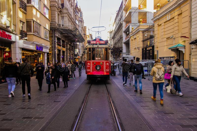 Istanbul, rue d'Istiklal/Turquie - 04 04 2019 : Chemin de fer iconique de tram de rue d'Istiklal, printemps lumineux de jour image libre de droits