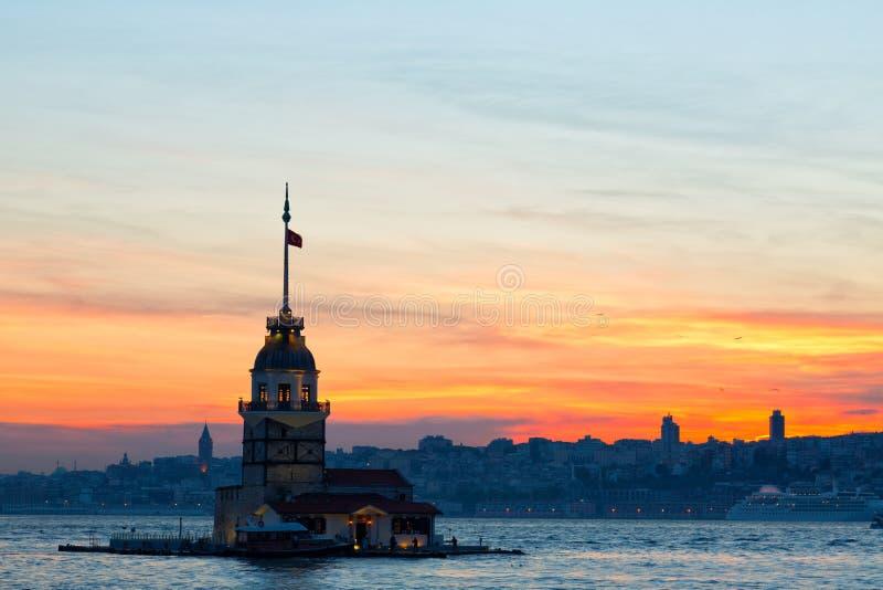 Istanbul sikt av det jungfru- tornet för ` s arkivbild