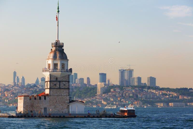 Istanbul sikt av jungfruns torn royaltyfria bilder