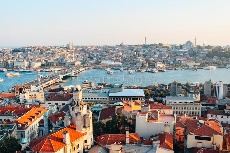 Istanbul stad från det Galata tornet i Turkiet royaltyfria foton