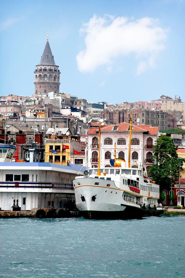 Istanbul-Stadtkanal mit Steamboat lizenzfreies stockbild