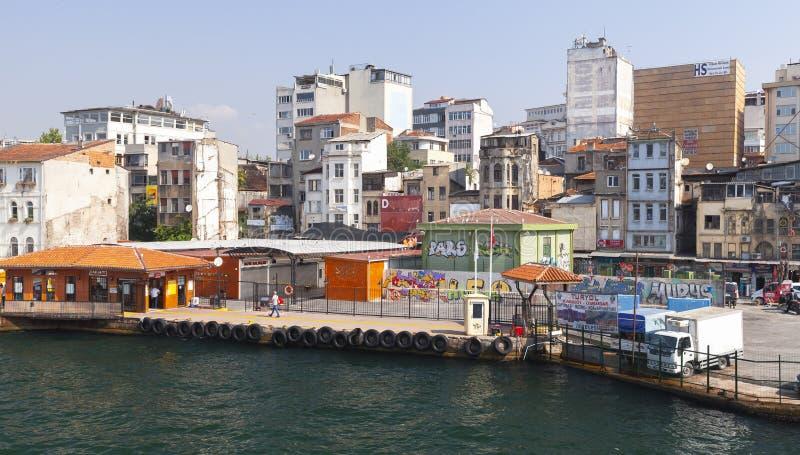 Istanbul-Straßenansicht mit bunten Häusern lizenzfreies stockfoto