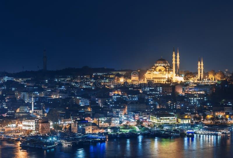 istanbul Suleymaniye moské under natt från det Marmara havet royaltyfria bilder