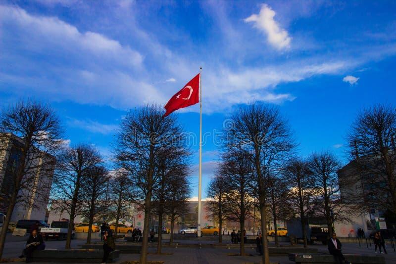 Istanbul Taksim fyrkant/Turkiet, 04 11 2019: Turkiska Flasg, Rebuplic av Turkiet, turkisk flagga som vinkar i den blåa och ljusa royaltyfria bilder