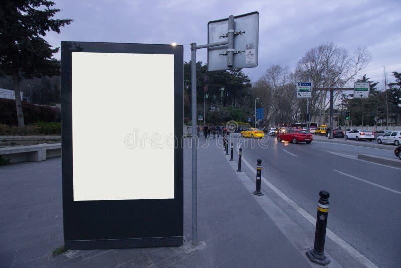 Istanbul tom affischtavlaafton Tid, bussstation - utomhus- affischtavla för annonsering arkivfoto
