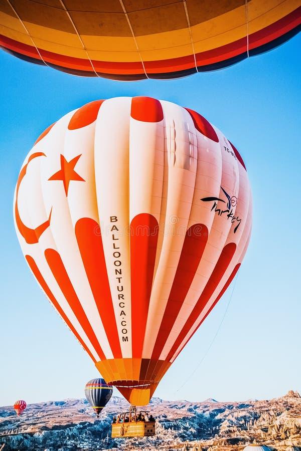 Istanbul, Turchia - 8 aprile 2012: Dettagli su palloncino multicolore ad aria calda con slogan di Turkia, che vola sopra Cappadoc fotografia stock