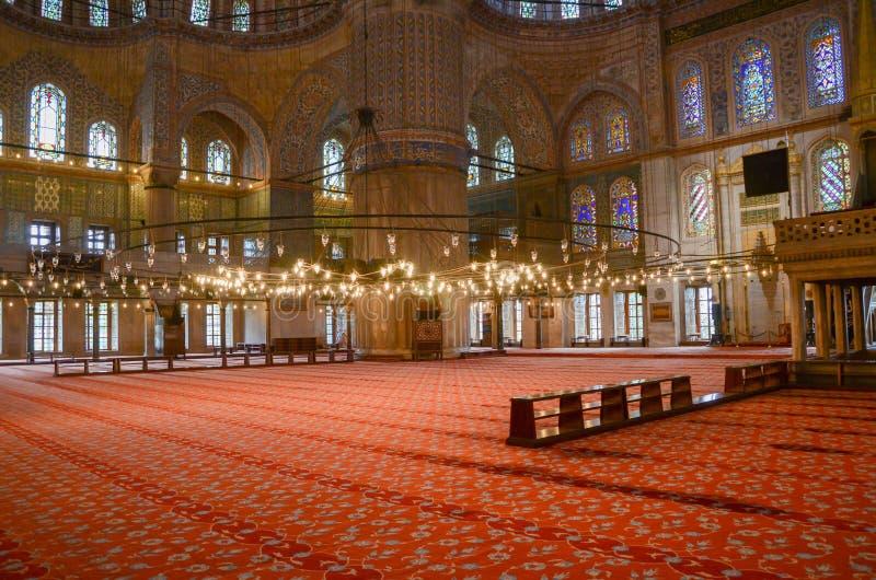 Istanbul Turkiet, April 21, 2015: Inre av moskén för Sultanahmet moskéblått i Istanbul, Tu arkivfoto