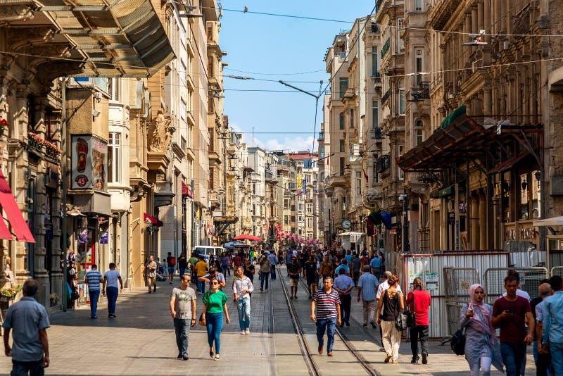 Istanbul Turkiet - Augusti, 2018: Folket går på den Istiklal gatan, det Beyoglu området Berömd turismgata i Istanbul, arkivbilder