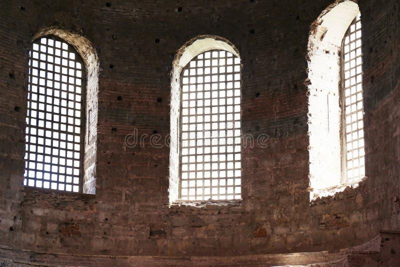 ISTANBUL TURKIET - AUGUSTI 09, 2018: Windows av den Hagia Irene kyrkan fotografering för bildbyråer