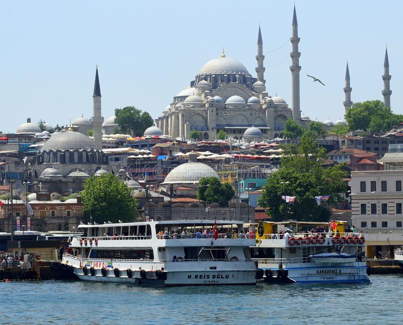Istanbul Turkiet, Cityscape med moskéer arkivbilder