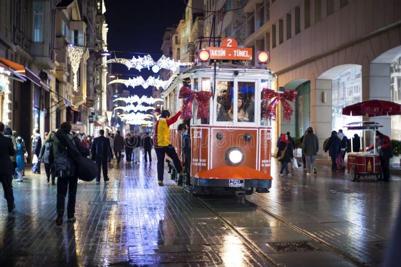 ISTANBUL TURKIET - December 29: Taksim Istiklal gata på natten på December 29 2010 i Istanbul Turkiet Taksim Istiklali gata royaltyfri foto