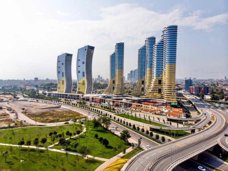 Istanbul Turkiet - Februari 23, 2018: Flyg- surrsikt av den IstMarina skyskrapaAvm shoppinggallerian i Istanbul Kartal arkivbilder