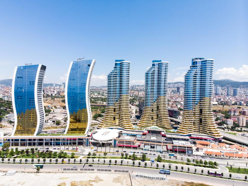 Istanbul Turkiet - Februari 23, 2018: Flyg- surrsikt av den IstMarina skyskrapaAvm shoppinggallerian i Istanbul Kartal fotografering för bildbyråer