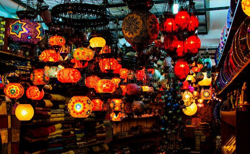 ISTANBUL TURKIET - FEBRUARI 24 2009: Orientaliska mosaiklyktaljus i turk shoppar på basar royaltyfria foton