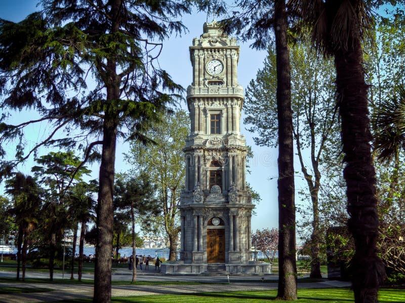 Istanbul Turkiet - Februari 14, 2016: Tornet för den Dolmabahce slottklockan bor inom gränserna av den Dolmabahce slotten, finale arkivbild