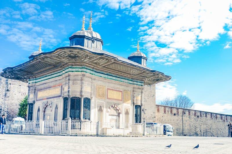 Istanbul Turkiet Januari 18, 2013: Ingång av den Topkapi slotten, istanbul royaltyfria bilder