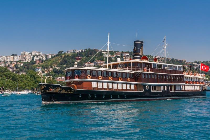 Istanbul Turkiet, Juni 12, 2012: Halas 71, en lyxig kryssare fotografering för bildbyråer