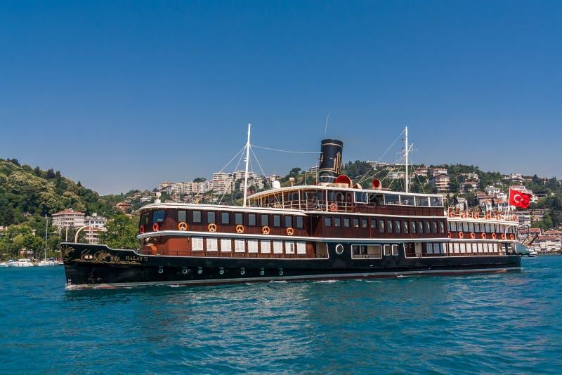 Istanbul Turkiet, Juni 12, 2012: Halas 71, en lyxig kryssare arkivfoton
