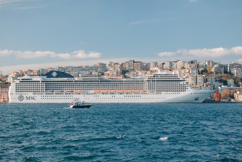 Istanbul Turkiet Kryssningskepp för MSC Magnifica i Istanbul port Skeppet har 3605 passagerarkapacitet med tonnage för brutto 951 arkivfoton