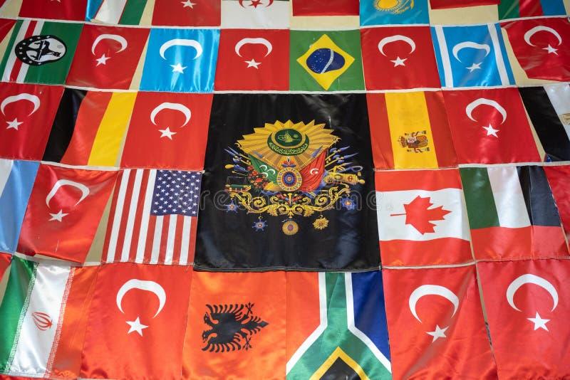 ISTANBUL TURKIET - MAJ 25: Flaggor på skärm i den storslagna basaren fotografering för bildbyråer
