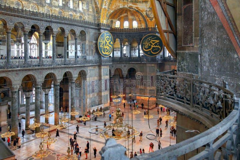 ISTANBUL TURKIET - MARS 28, 2012: Inre av Hagia Sophia royaltyfri foto