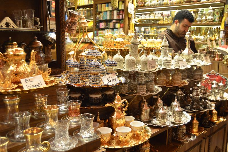Istanbul Turkiet misircarsisi, turkiskt kaffe och teserviser royaltyfria foton