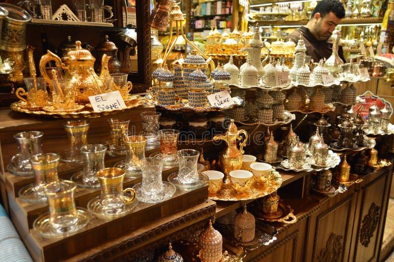 Istanbul Turkiet misircarsisi, turkiskt kaffe och teserviser arkivbilder