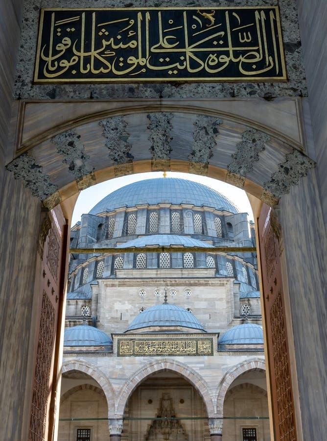 Istanbul Turkiet 09-November-2018 Härlig främre sikt av den huvudsakliga kupolen av den Suleymaniye moskén från ingången och insk fotografering för bildbyråer