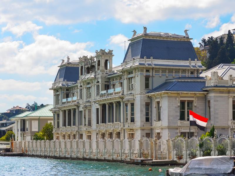 Istanbul Turkiet - September 21, 2018 Konsulatet av Egypten i Istanbul Art Nouveau villa på kusterna av Bosphorusen med t fotografering för bildbyråer