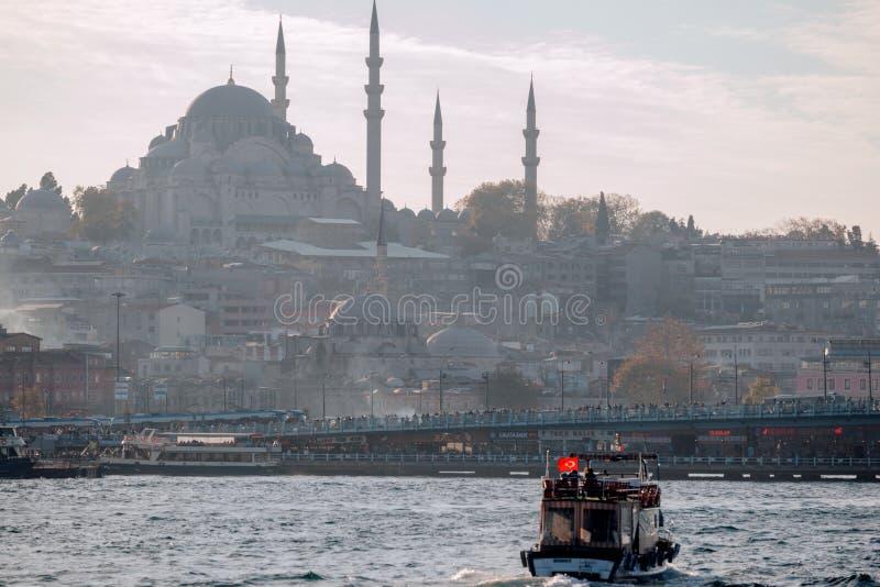 Istanbul Turkiet Sikt från det guld- hornet på den historiska mitten av Istanbul royaltyfri foto