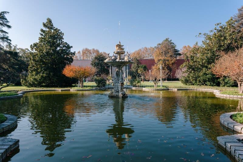 Istanbul Turkiet Springbrunn i parkera av den Dolmabahce slotten royaltyfria bilder