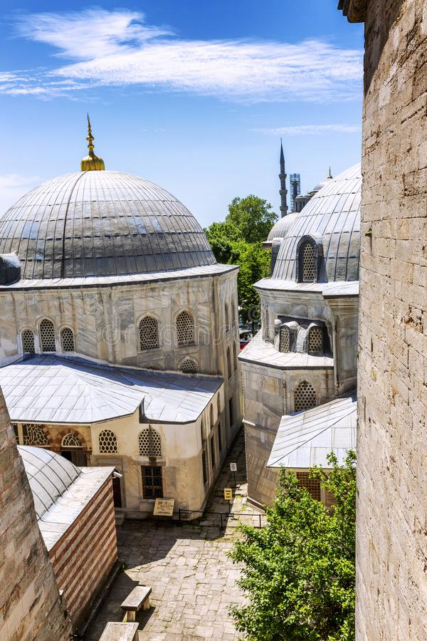 Istanbul Turkiet, 05/23/2019: Stenhistoriska byggnader i borggården av Hagiaen Sophia Cathedral N?rbild arkivfoton