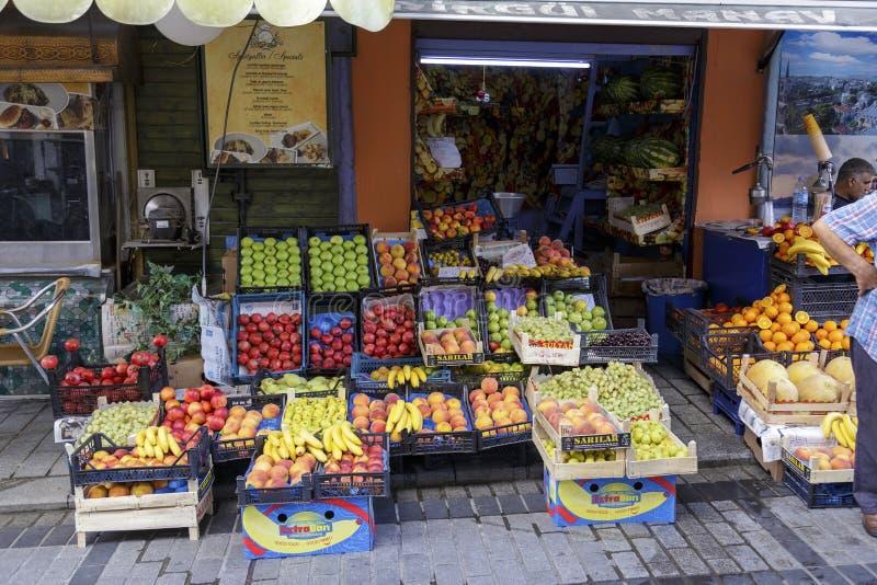 ISTANBUL, TURQUIE - 22 août 2015 : Fruits sur le marché local photographie stock
