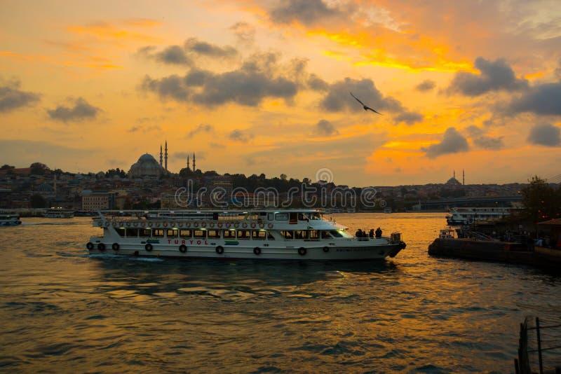 Istanbul, Turquie : beau coucher du soleil avec des nuages, bateaux de touristes passant l'eau, dans la distance vous pouvez voir images libres de droits