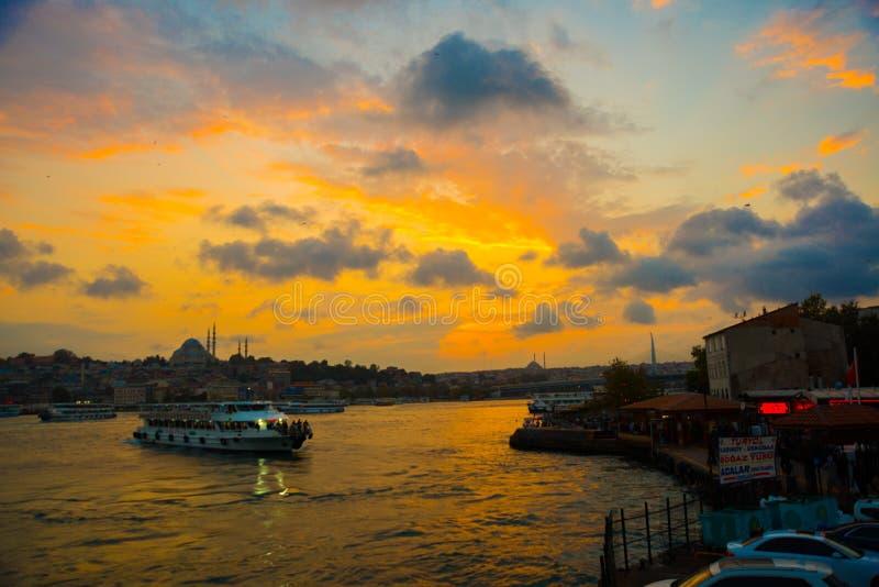 Istanbul, Turquie : beau coucher du soleil avec des nuages, bateaux de touristes passant l'eau, dans la distance vous pouvez voir images stock